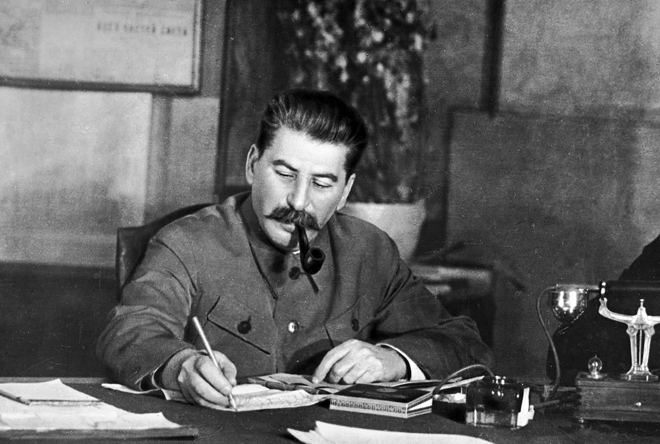 Генералниот секретар на Централниот комитет на Серуската комунистичка партија (болшевици) Јосиф Сталин во работниот кабинет.