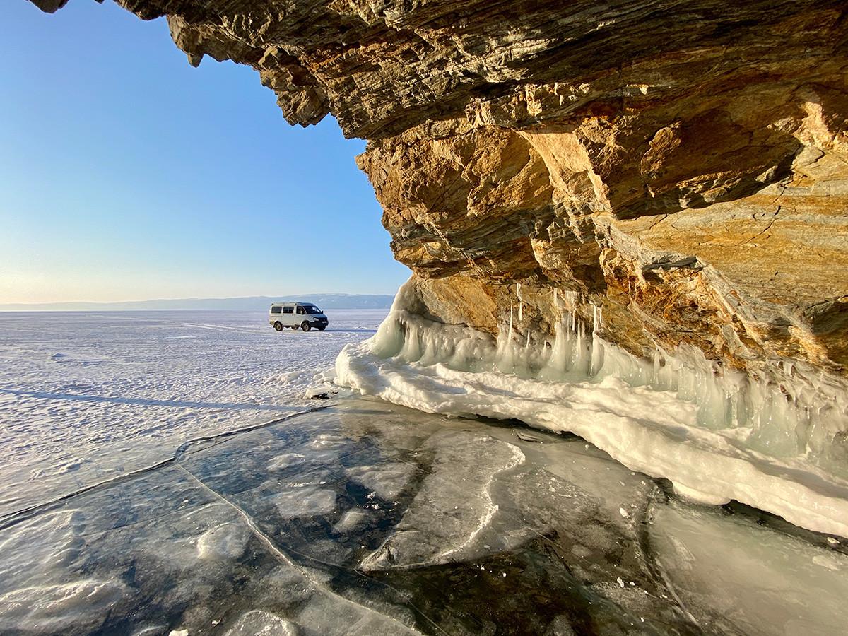 Il Sobol è il mezzo di trasporto più utilizzato in inverno per attraversare la superficie ghiacciata del lago