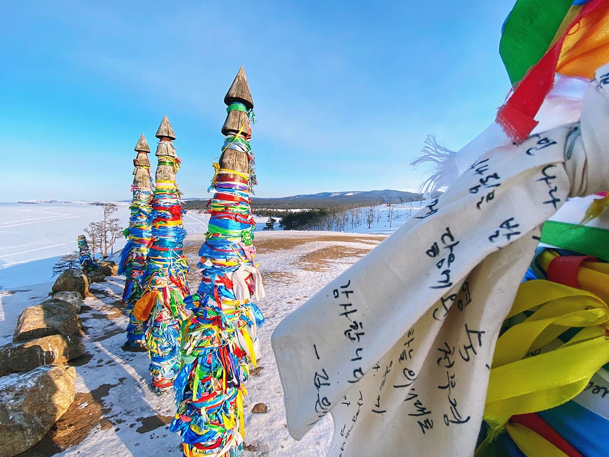 L'isola di Olkhon e alcune rocce di questo luogo sono considerate luoghi sacri dai buddisti e dagli sciamani. I nastri colorati vengono utilizzati per celebrare i riti sulla roccia Shamanka