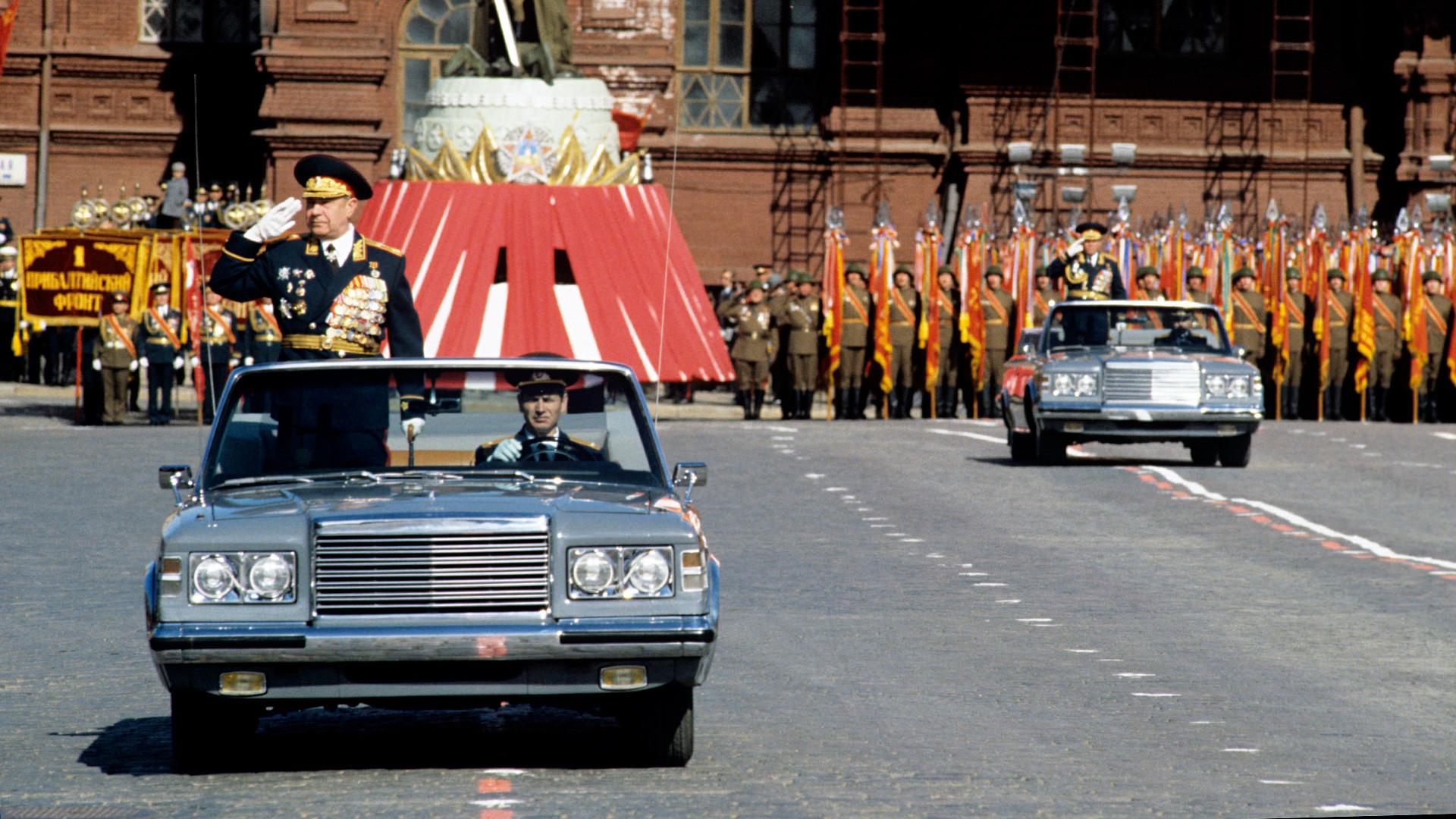 Dmitri Iazov (à gauche), ministre de la Défense, et le colonel général Nikolaï Kalinine. Parade militaire sur la place Rouge pour le 45e anniversaire de la Victoire, en 1990.