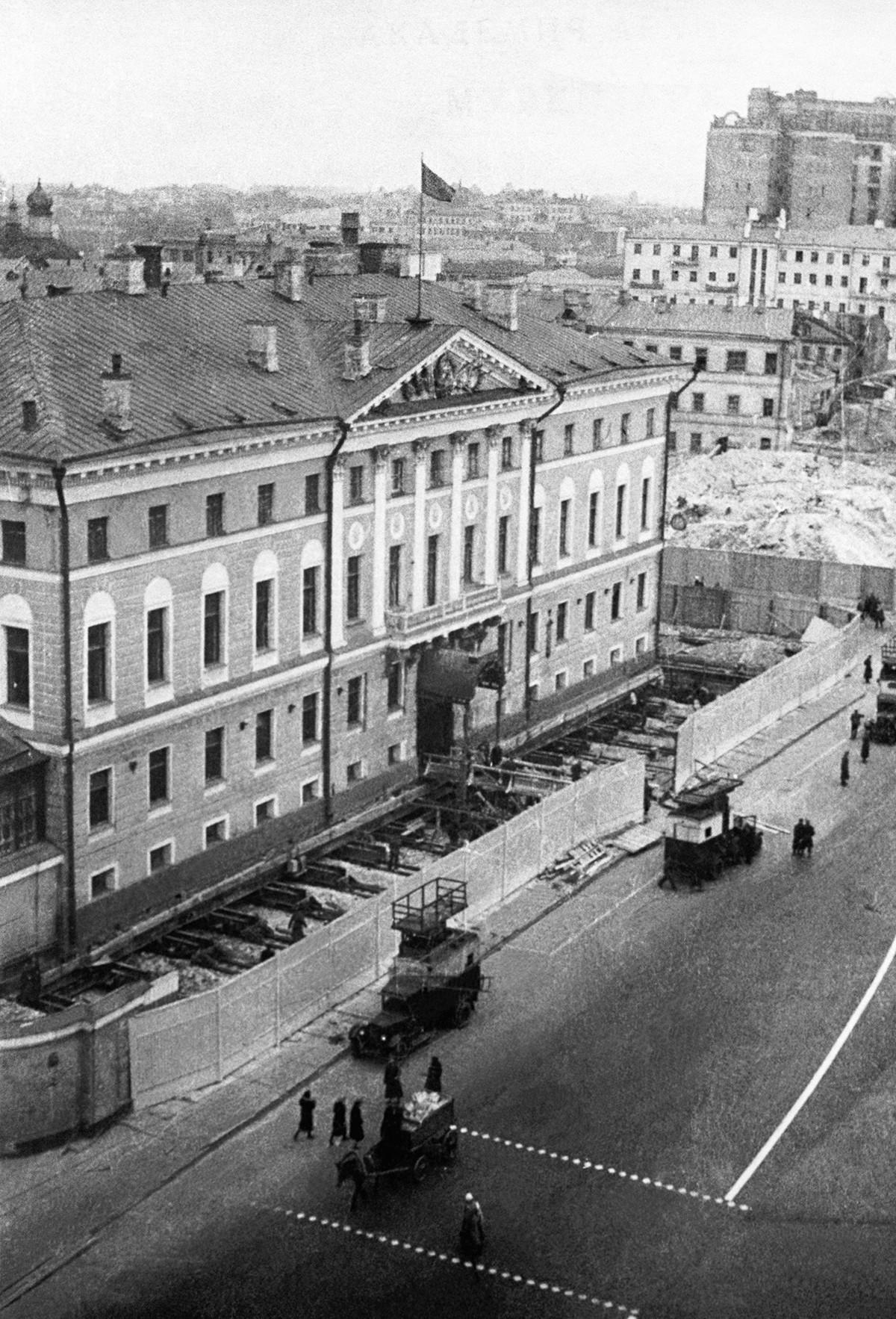 Подготовка к передвижке здания Моссовета по плану реконструкции улицы Горького, 1939