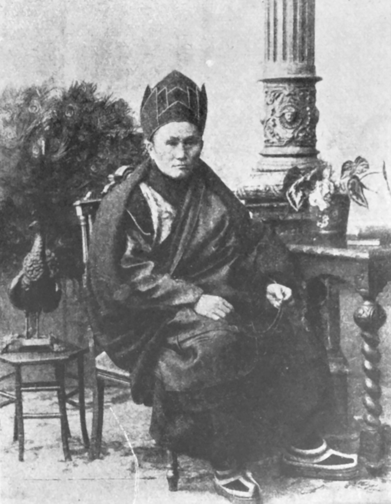 Agvan Doržijev, oblečen v insignijo Lha-rams-pa mts'an nid mK'an-po