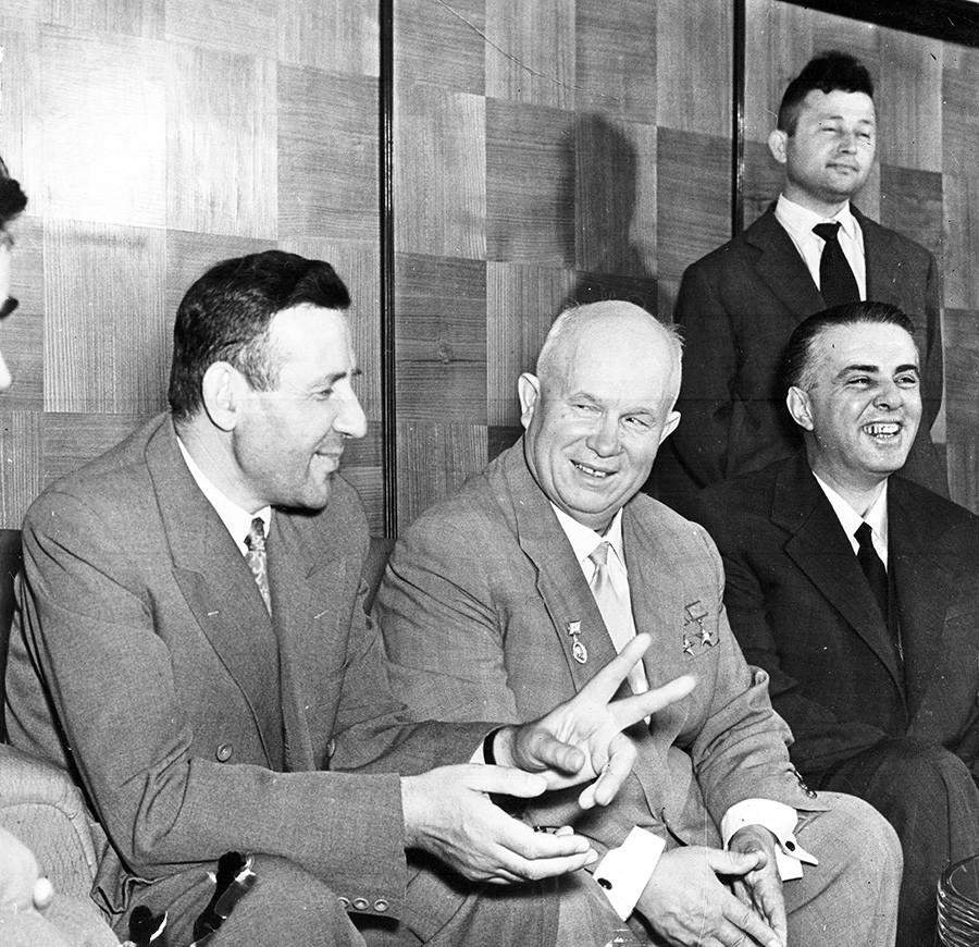 Nikita Hruščov tijekom razgovora s predstavnicima Centralnog komiteta Albanske radničke partije u Tirani, 26. svibnja 1959. Lijevo je albanski premijer Mehmet Shehu, desno Enver Hoxha.