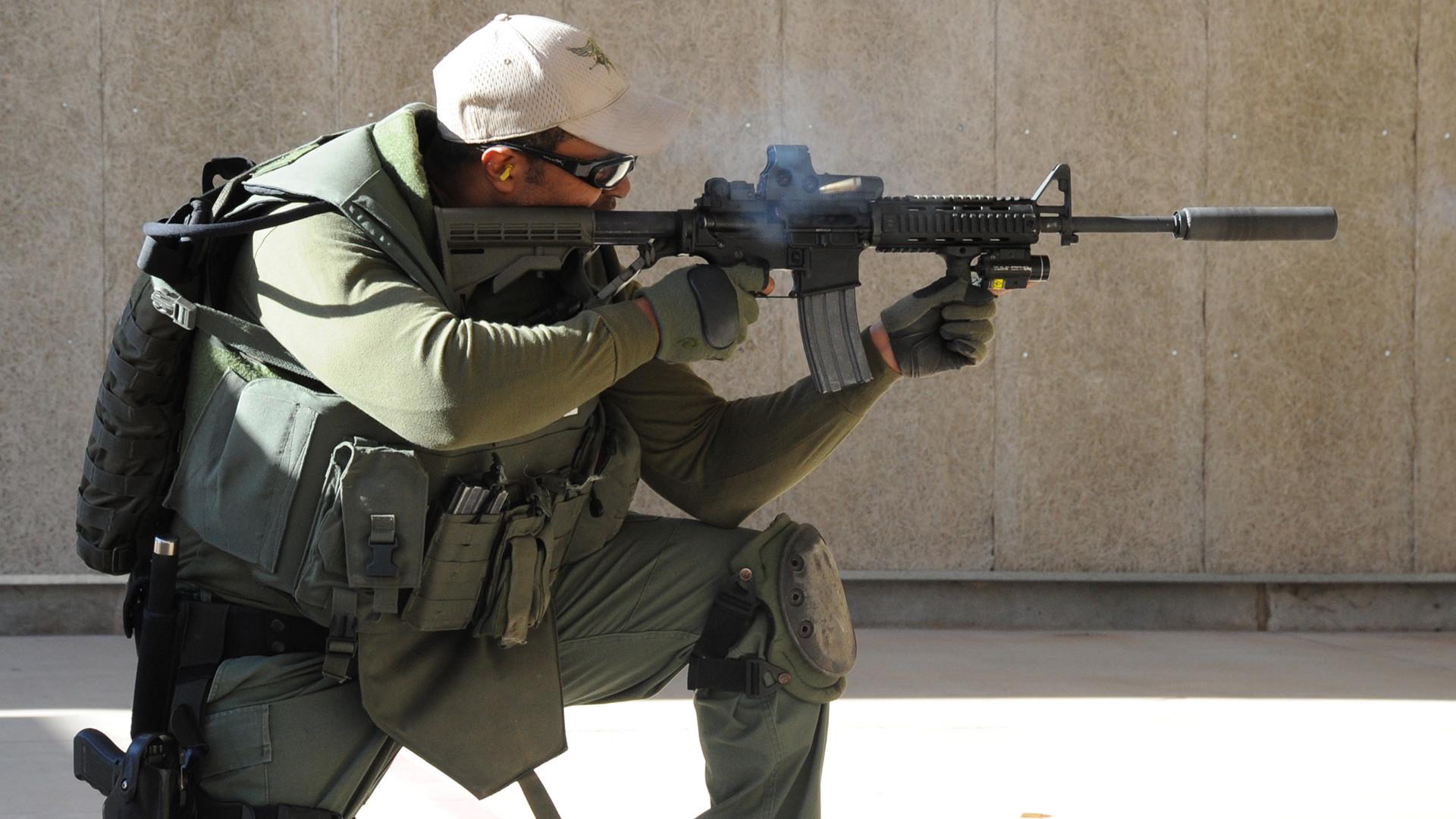 Припадник јединице Wichita Falls SWAT тренира гађање на стрелишту правосудних органа, 14. март 2013.