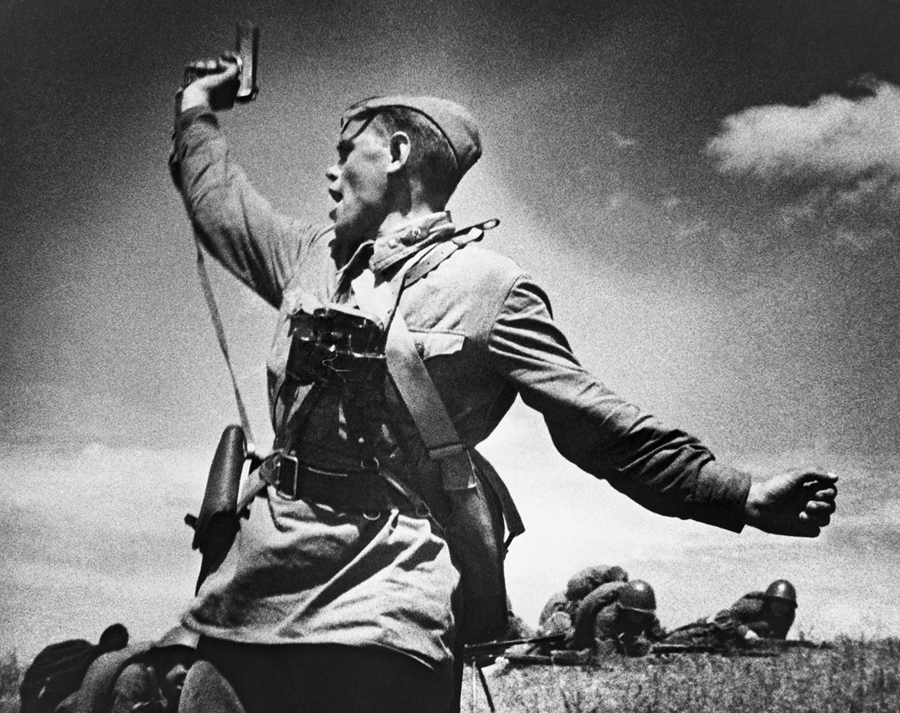 Um oficial soviético ergue sua arma para o ataque.
