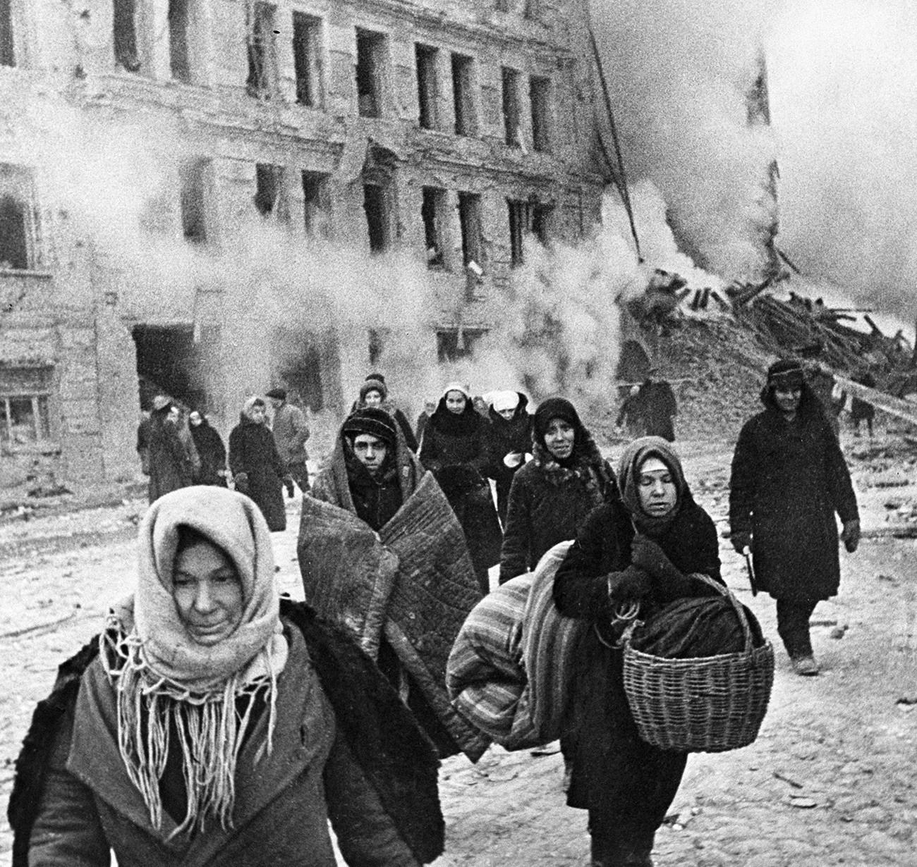 Cidadãos durante o Cerco de Leningrado, que durou de 1941 a 1943.