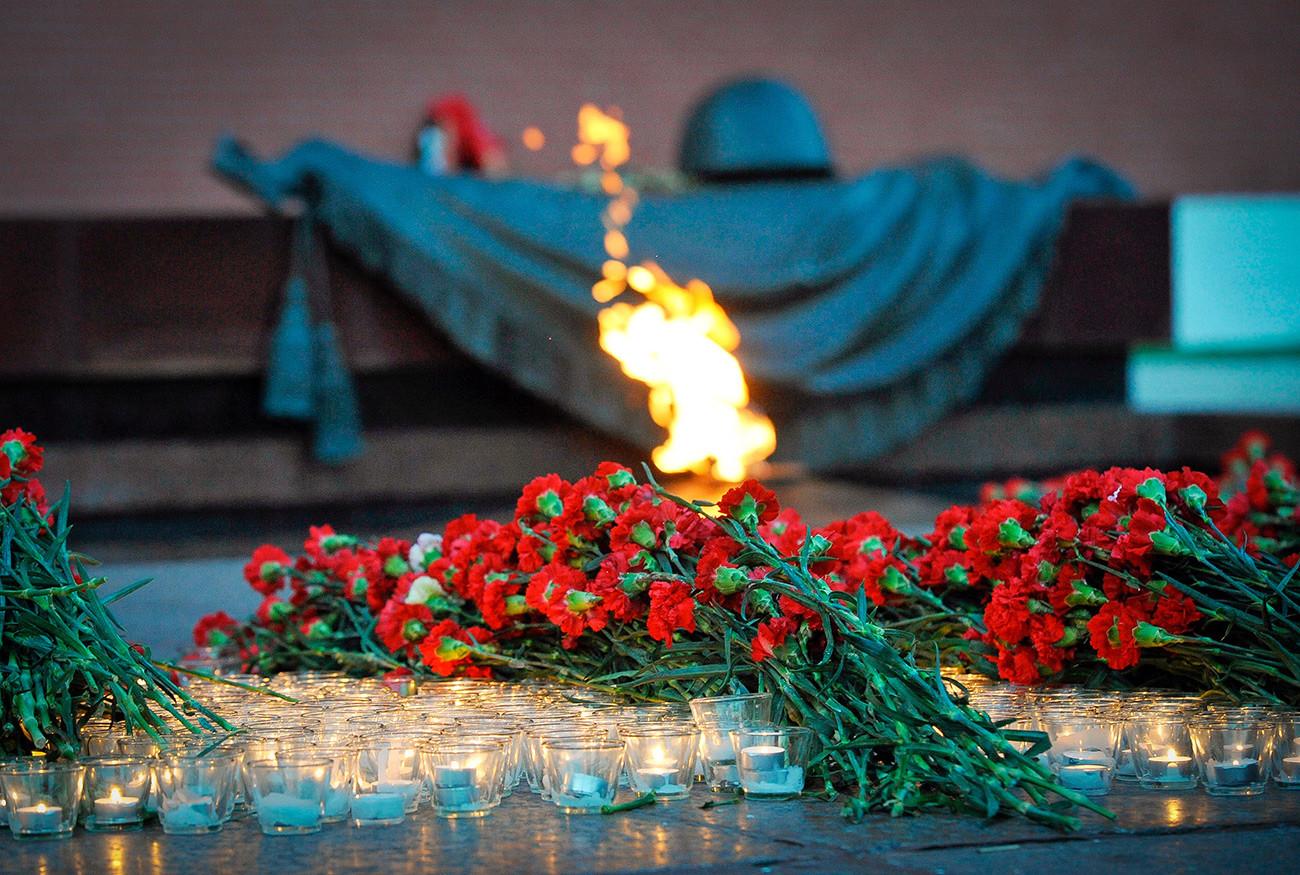 Memorial ao soldado desconhecido recebe flores diariamente.