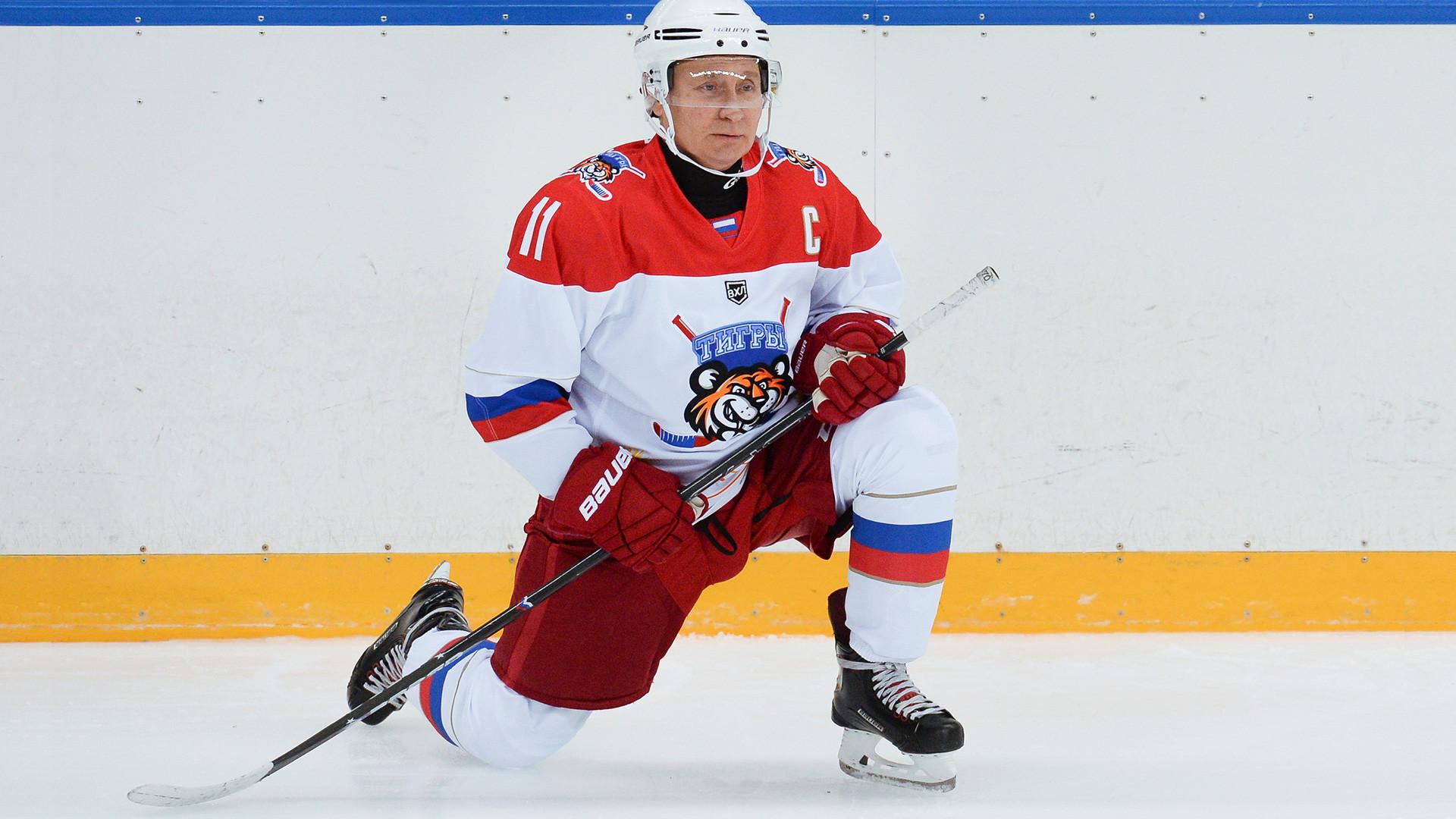 ウラジーミル・プーチンは近年アイスホッケーをしてメディアを騒がせている。