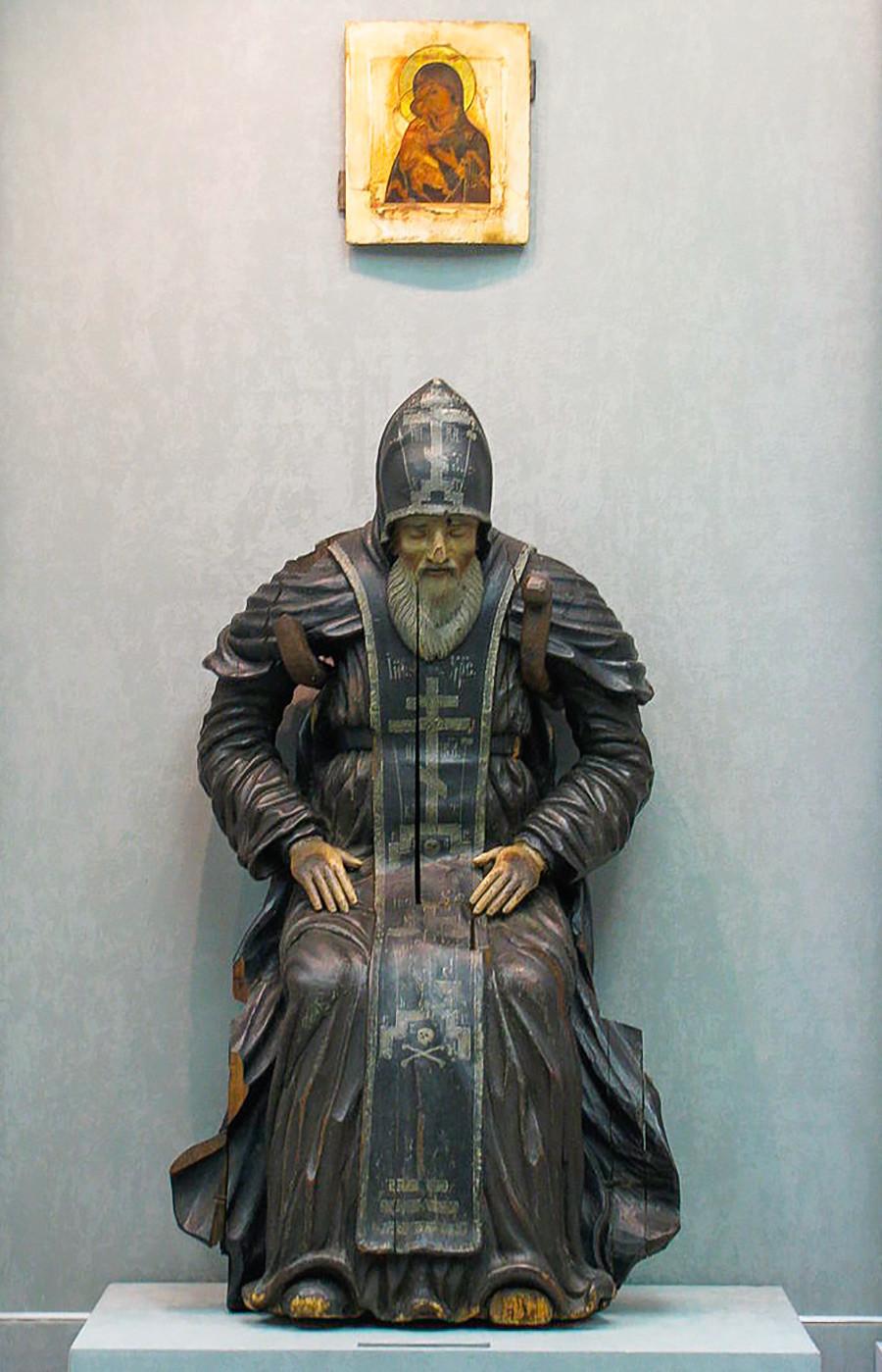 Holzstatue des Heiligen Nilus von Stolobny aus dem 17. Jahrhundert