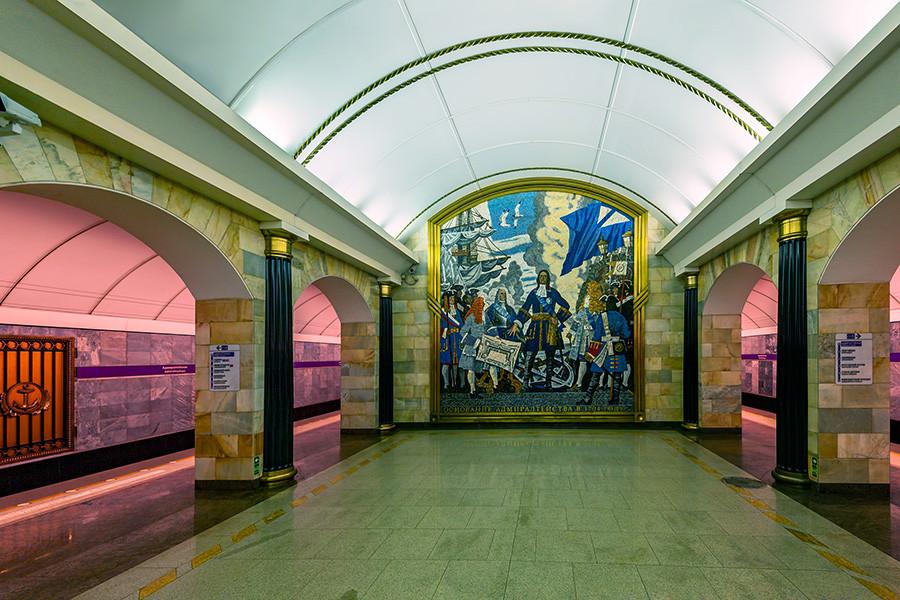 Mosaik yang menggambarkan Pyotr yang Agung membangun Admiralty.