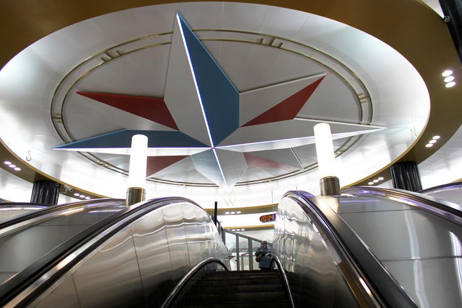 Kompas raksasa di ruang depan Stasiun Admiralteyskaya.