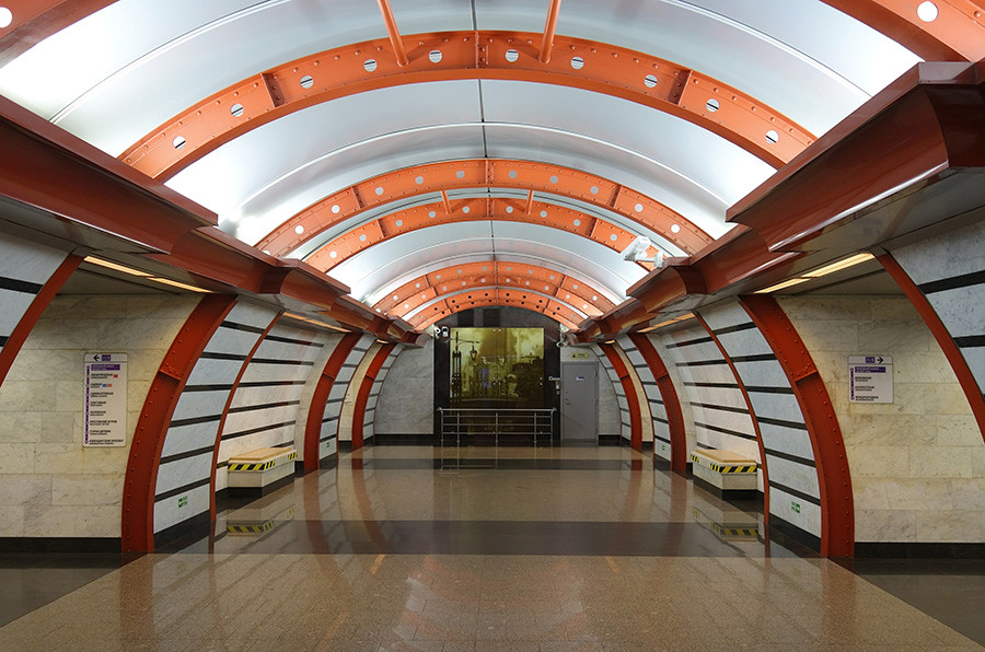 Stasiun Obvodny Kanal menggabungkan desain modern dan arsip-arsip foto bersejarah.