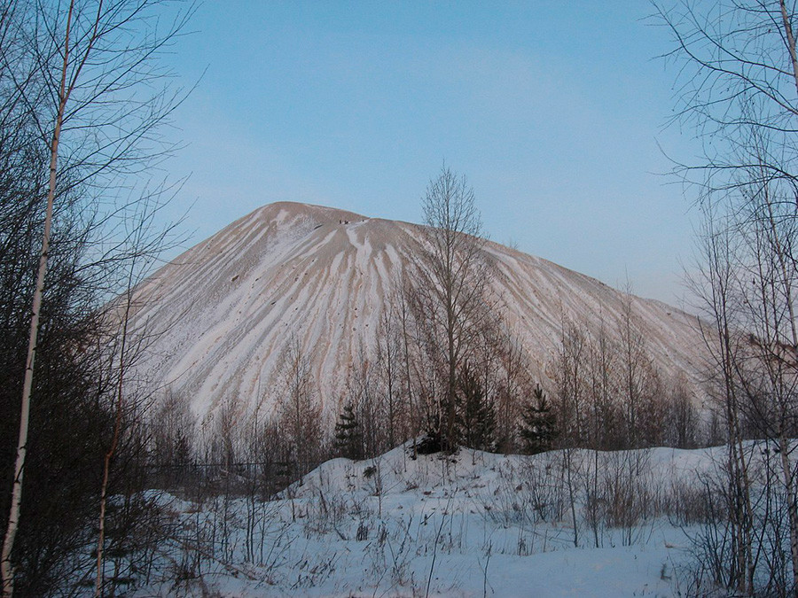 雪に覆われたエカテリンブルク辺りのボタ山