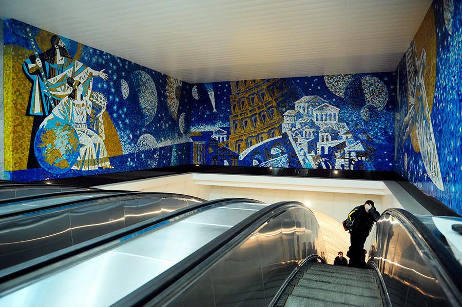Mosaicos sobre a escada rolante da estação Mejdunarôdnaia.