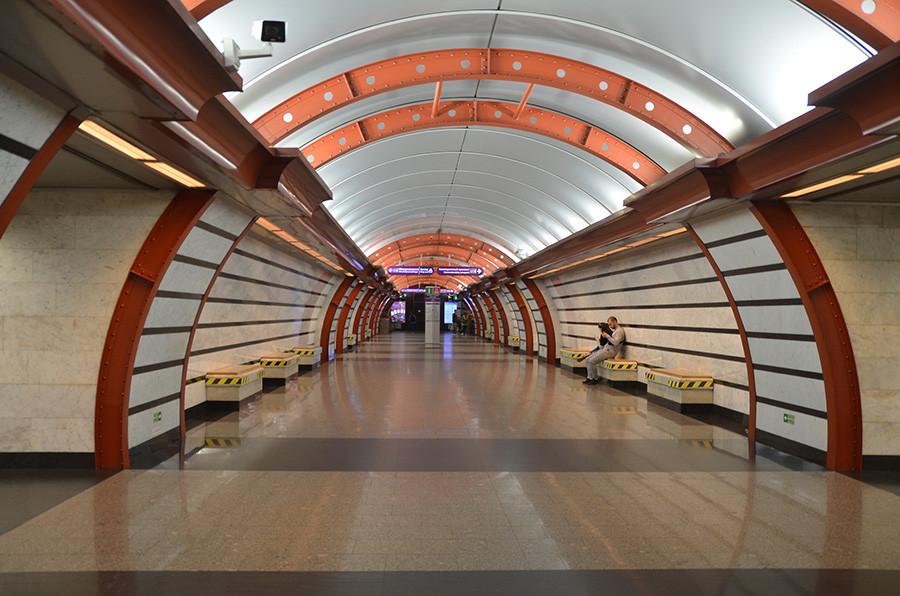 Arcos de metal vermelho na estação Obvôdni Canal garantirão fotos espetaculares para o seu Instagram