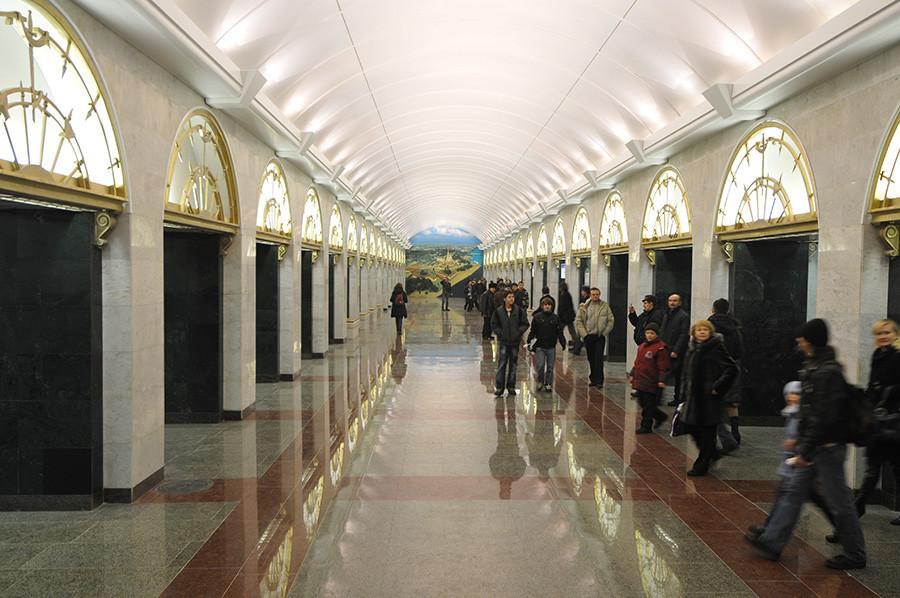 Estação Zvenigoródskaia.