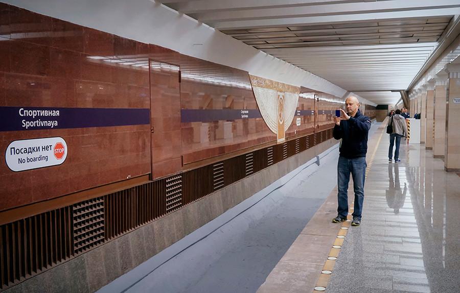 O sinal na plataforma da Sportívnaia indica que não há embarque, o que geralmente confunde os passageiros.