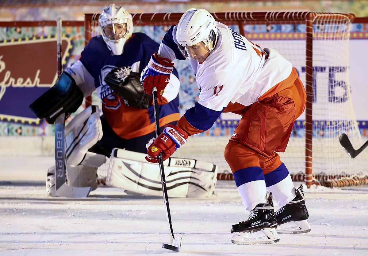 Wladimir Putin während eines Spiels der Amateur-Nacht-Hockey-Liga auf der Eisbahn auf dem Roten Platz, 2018