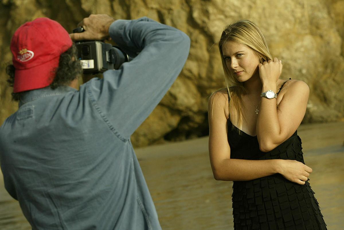 Patrick Demarchelier fotografiert Maria Scharapowa für eine TAG Heuer-Uhrenwerbung an einem Strand in Malibu.
