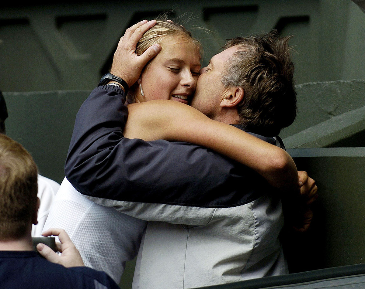Марија Шарапова са оцем Јуријем после победе над Сереном Вилијамс 6:1/6:4 у финалу Вимблдона. Лондон, 3. јул 2004.