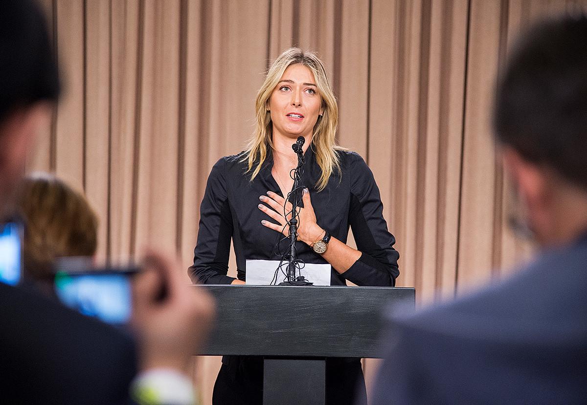La tenniswoman annonçant à une conférence de presse à Los Angeles, le 7 mars 2016, avoir échoué à un test de dopage pour l'Open d'Australie, en raison d'un récent changement dans la liste des produits interdits par l'Agence mondiale antidopage.