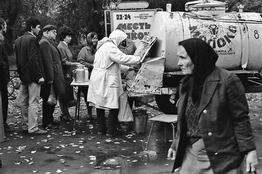 牛乳を買いに並んでいる人、1987年9月23日