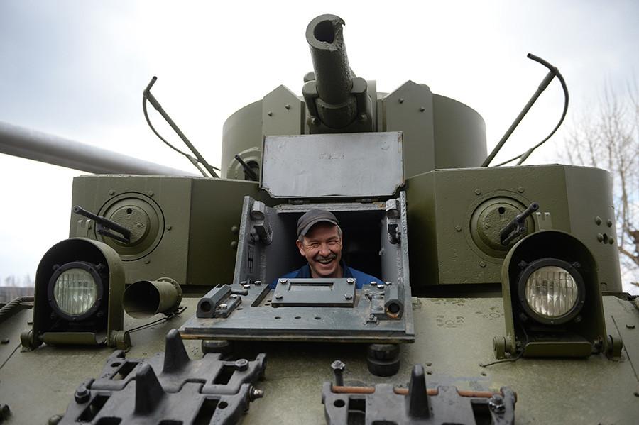 Tank T-28 na območju obnove vojaške opreme in retro avtomobilov v