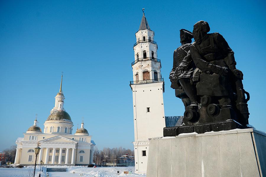 Spomenik Petru I in Nikiti Demidovu ter poševni stolp Demidova v Nevjansku