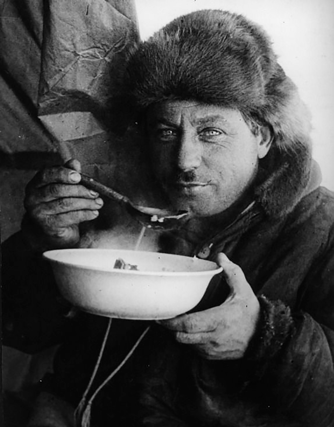 """Иван Папањин снима дегустацију првог јела на станици """"Северни пол 1""""."""