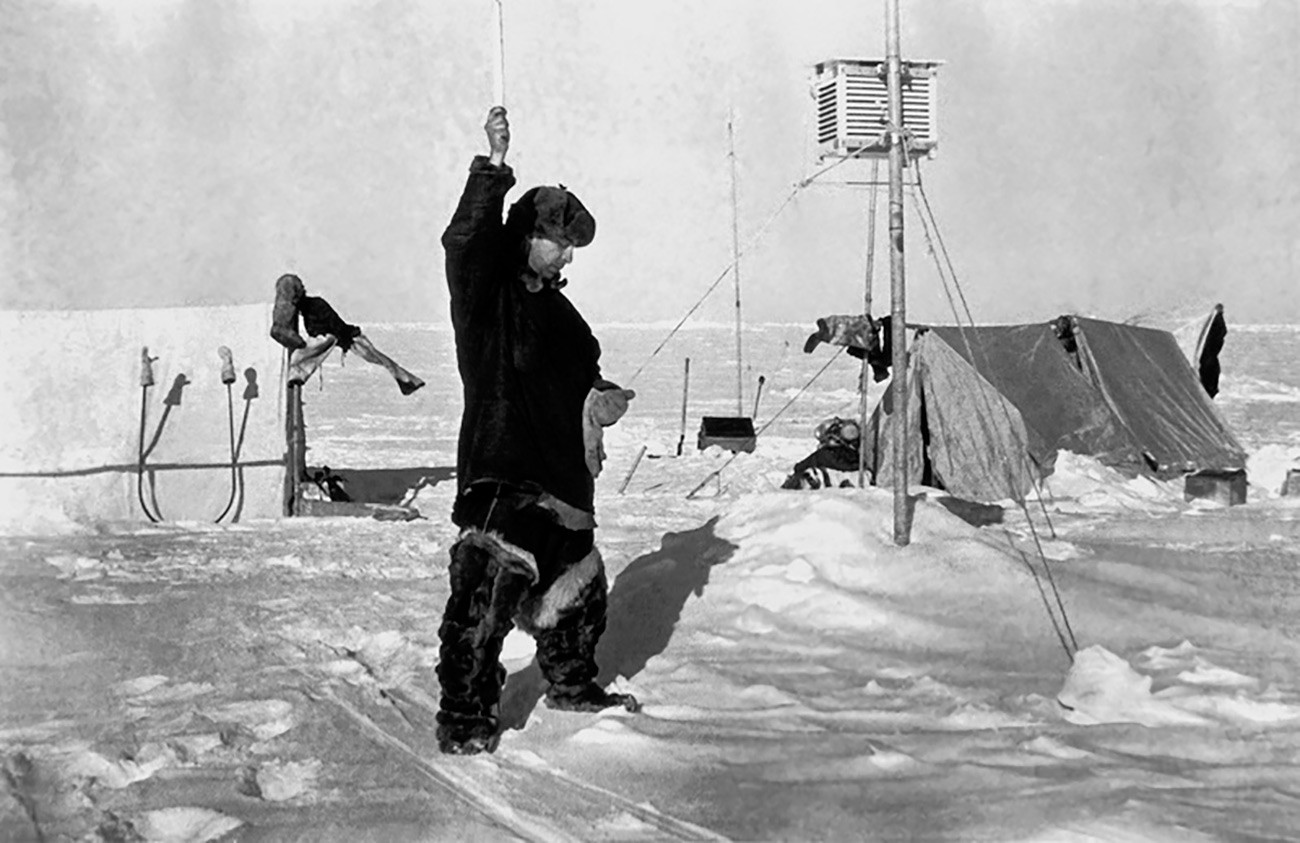 """Јевгениј Фјодоров бележи показатељ мерења. Плутајућа експедиција главног северног морског пута """"Северни пол 1""""."""
