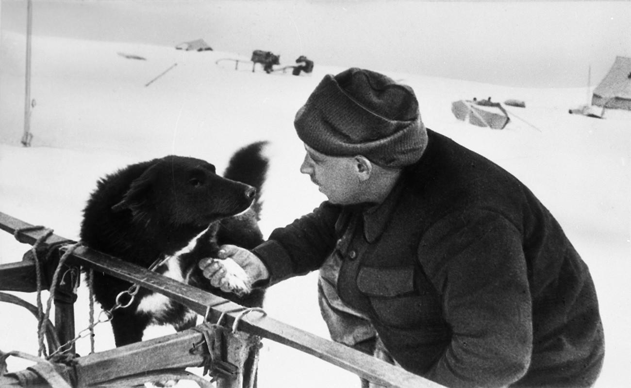"""Прва совјетска поларна научноистраживачка плутајућа станица """"Северни пол 1"""", од 21. маја 1937. до 19. фебруара 1938. Руководилац станице Иван Дмитријевич Папањин са псом Веселим."""