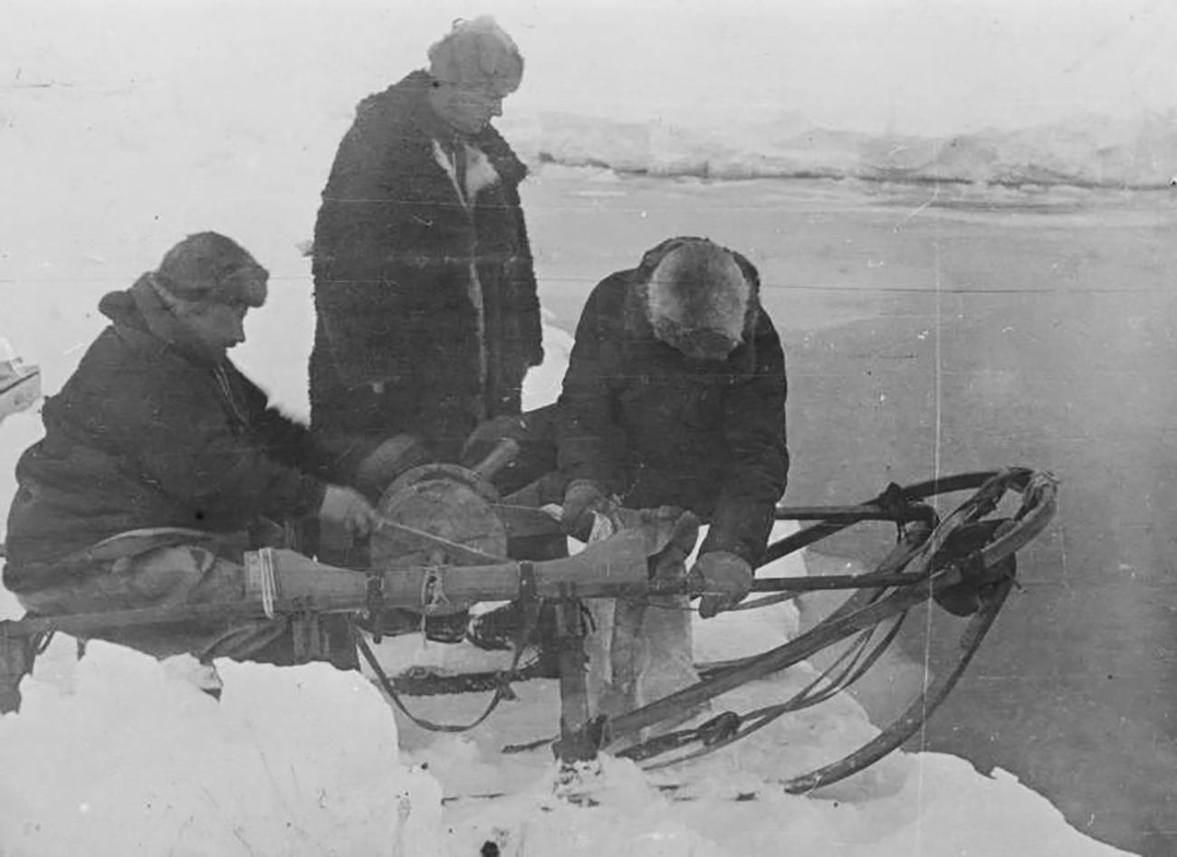 """Иван Папањин (лево). Експедиција се искрцала на лед 21. маја 1937. Плутајућа станица """"Северни пол 1"""" званично је отворена 6. јуна 1937."""