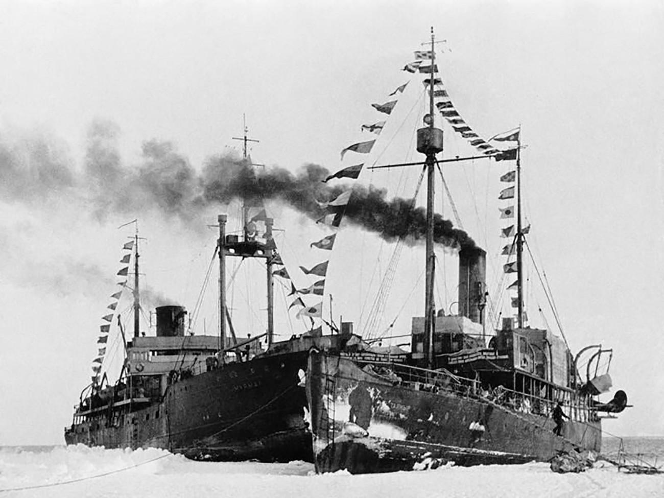 """Ледоломци на парни погон """"Мурман"""" и """"Тајмир"""" поред санте на којој се налазила станица """"Северни пол 1"""". Гренландско море."""