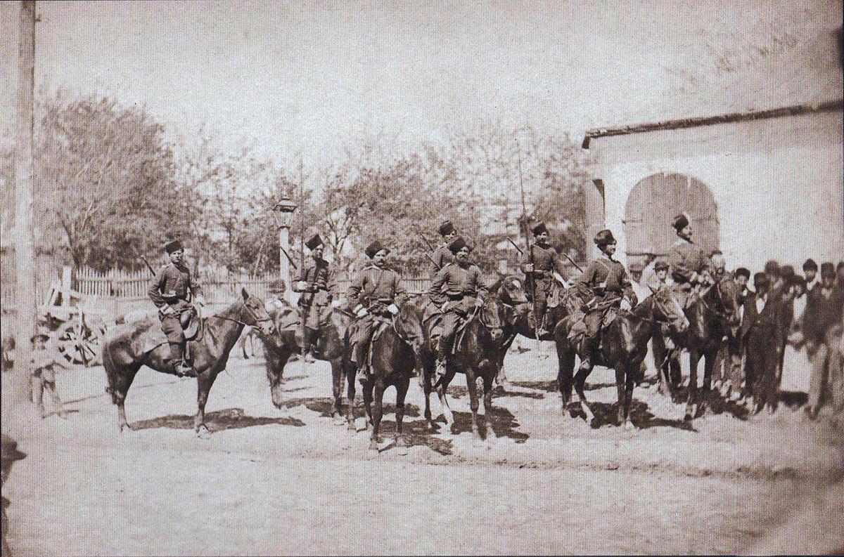 Одред донски козаци пред царската резиденција во Плоештија, јуни 1877 година.