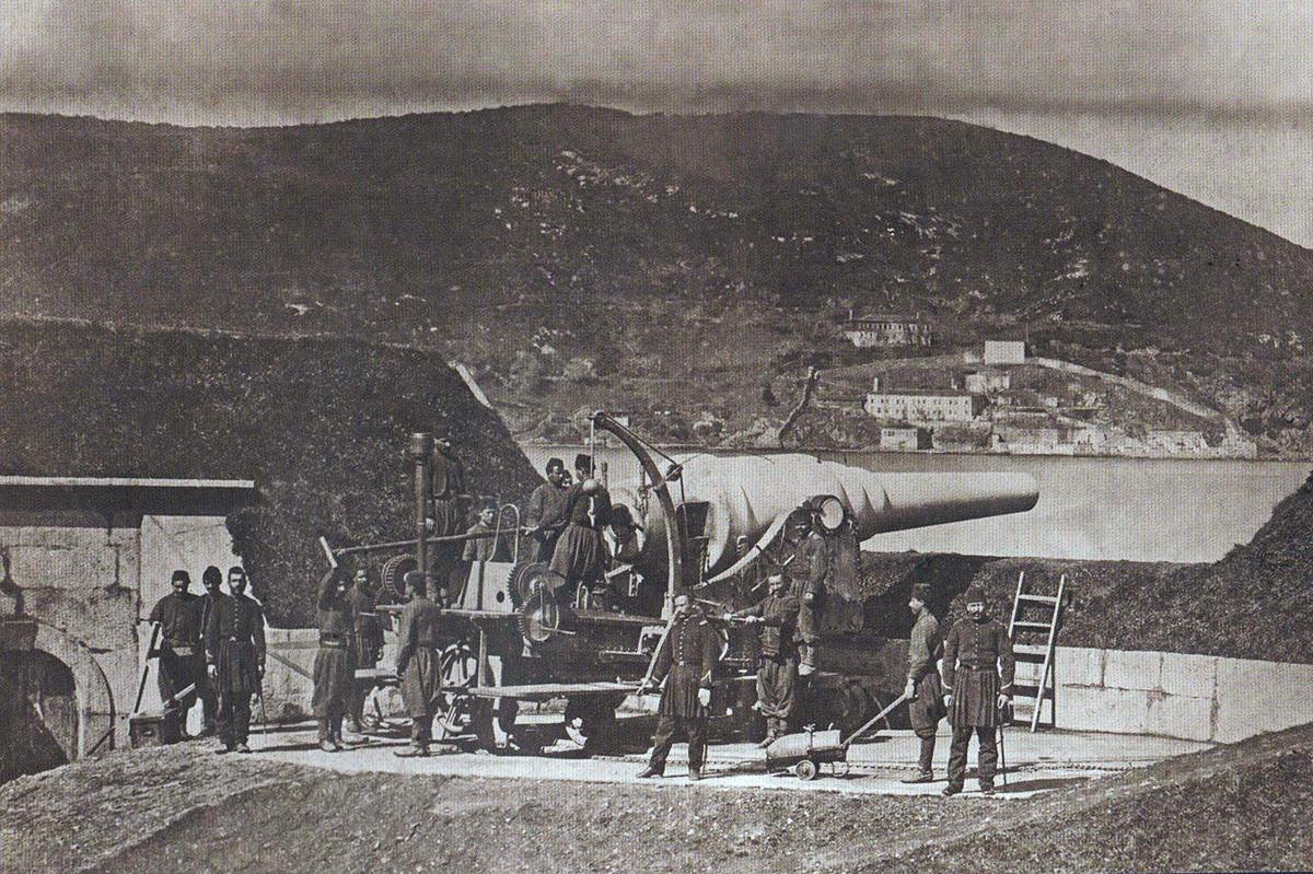 Турците го бранат Босфор. Поставување митралез.