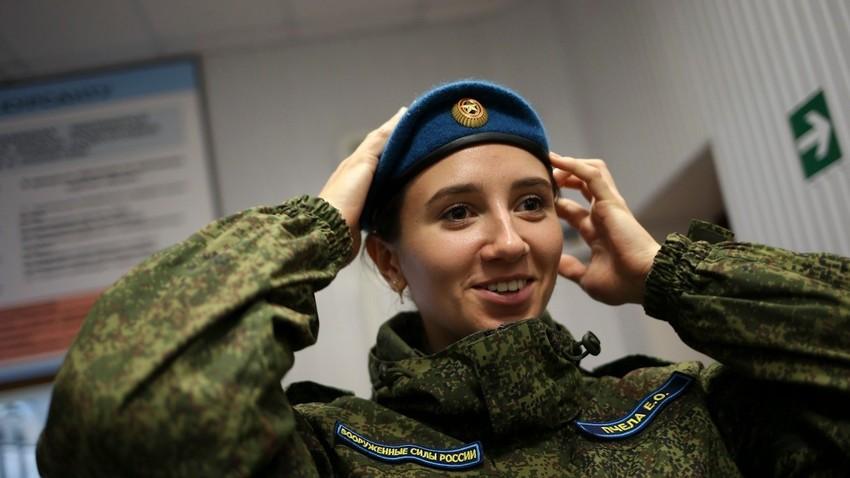 Ekaterina Pchela, kadet perempuan di Sekolah Penerbangan Tinggi Militer Krasnodar yang akan menjadi pilot perempuan pertama untuk penerbangan jarak jauh.
