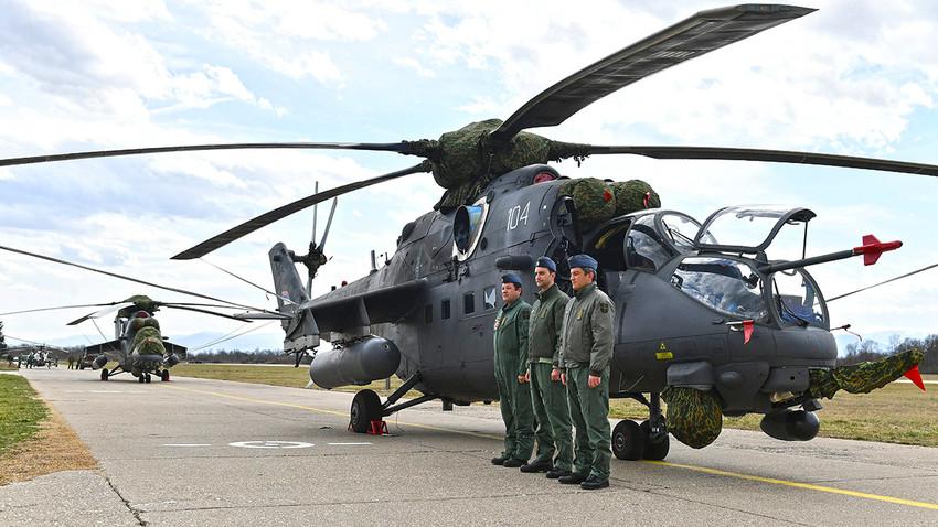 """Борбено-транспортни хеликоптери Ми-35М на аеродрому """"Морава"""" у Краљеву"""