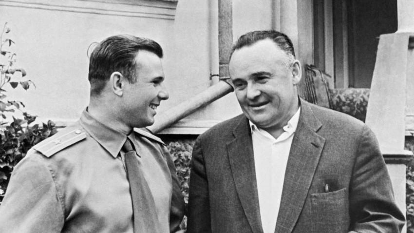 Herói da União Soviética Iúri Gagárin (esq.) and Serguêi Korolev, 1961