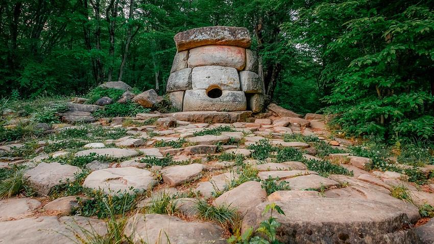 Sebuah dolmen berbentuk bulat di lembah Sungai Zhane, Rusia, di sebelah tenggara Gelendzhik, Krasnodarsky krai.
