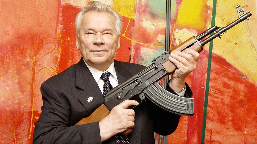 Mikhail Kalashnikov memegang AK-47 di sebuah museum senjata di Suhl, Jerman, 2002.