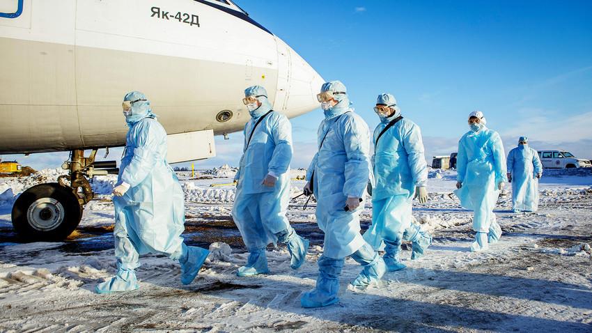Увежбавање евакуације путника за које се сумња да су заражени корона вирусом. Аеродром у Чељабинску.