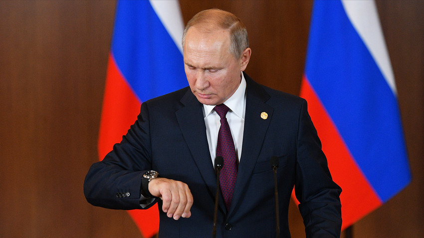 Рускиот претседател Владимир Путин гледа на часовникот на конференција за новинари по 11 самит на лидерите на БРИКС во Бразил.