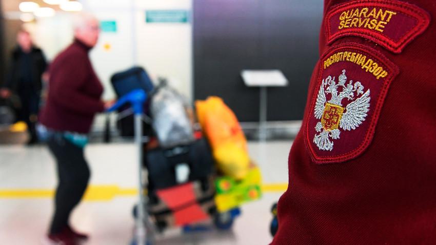 Un employé de Rospotrebnadzor (Service russe de contrôle sanitaire) à l'aéroport international de Kazan