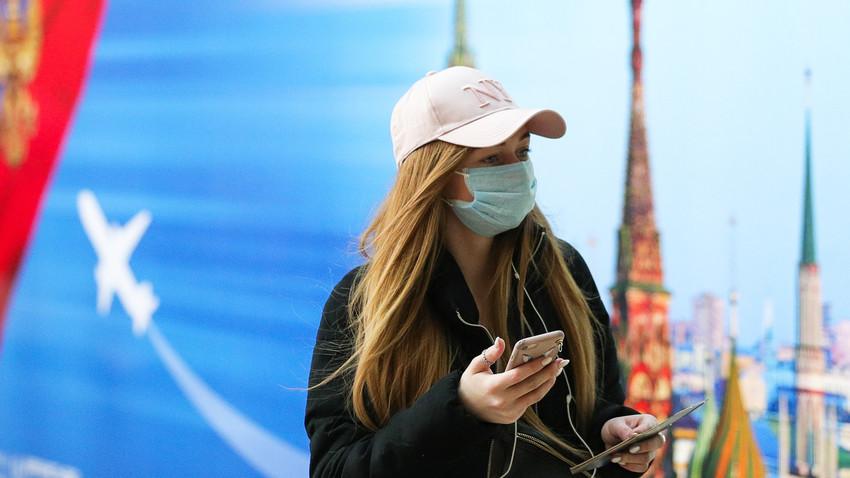 Девојка са маском на лицу на међународном аеродрому Шереметјево близу Москве, Московска област, Русија, 12. март 2020.