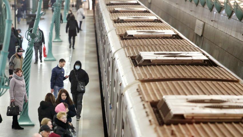 Suasana di Stasiun Metro Slavyansky Bulvar, Moskow, Jumat (20/3).
