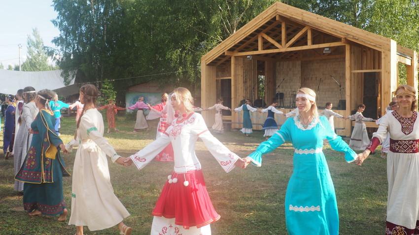 Plesanje kola na festivalu na ozemlju Dobre Zemlje, združenju ekoloških naselij v Vladimirski regiji