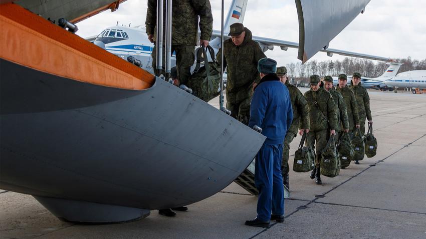 Руската армија испраќа медицинска опрема и материјали во Италија од аеродром во Московската област.