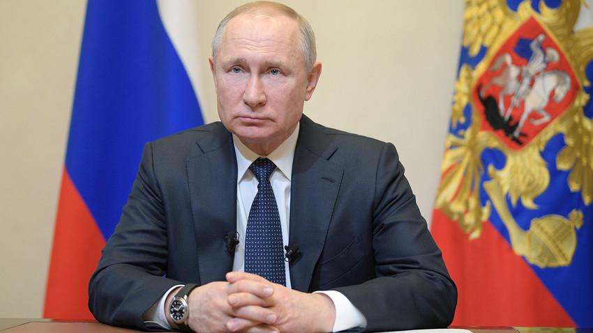 Presiden Rusia Vladimir Putin saat menyampaikan pidato mengenai pandemi virus corona (COVID-19) di Moskow, Rabu (25/3).
