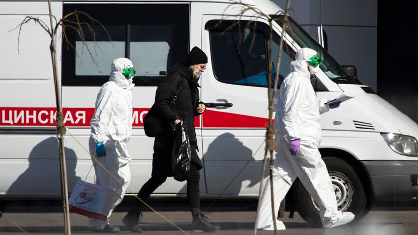 医師がコロナウイルス感染の疑いがある女性を病院に連れてくる