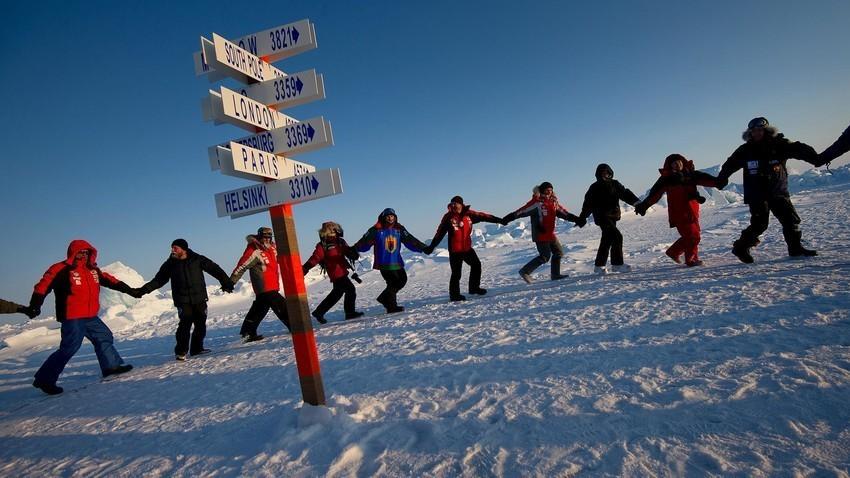 Udeleženci odprave Karelija-Severni tečaj-Grenlandija pod vodstvom Fjodorja Konjuhova plešejo kolo okoli simboličnega stolpa, ki predstavlja severni tečaj